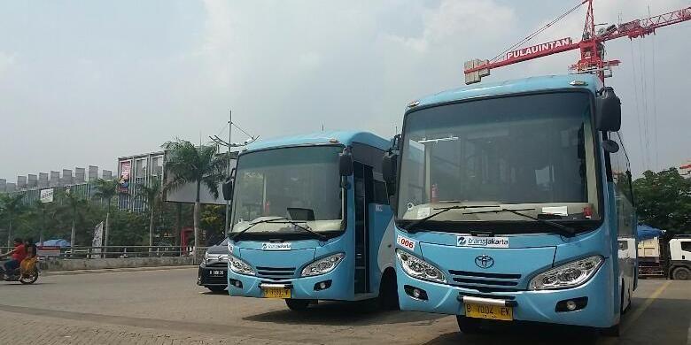 Sejumlah Bus Kota Terintegrasi Bus Transjakarta (BKTB) yang terparkir di Halte Fresh Market Pantai Indah Kapuk, Jakarta pada Senin (4/1/2016)