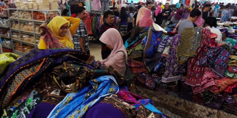 Pengunjung memilih batik di Pusat Grosir Batik Trusmi di Kabupaten Cirebon fe66cf0323