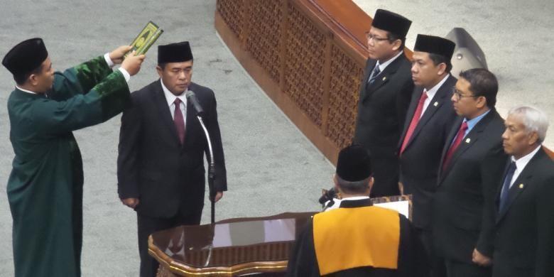 Politisi Golkar Ade Komarudin saat dilantik sebagai Ketua DPR RI dalam rapat paripurna DPR di Kompleks Parlemen Senayan, Jakarta, Senin (11/1/2016).