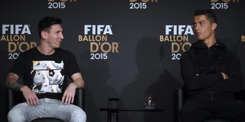 Lionel Messi (kiri) dan Cristiano Ronaldo menjalani konferensi pers jelang acara FIFA Ballon dOr 2015 di Zurich, Swiss, Senin (11/1/2016) waktu setempat.