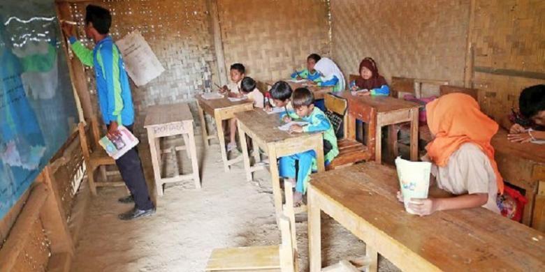 Suhendi, guru honorer mengajar di kelas jauh SD Kutakarang 3, Kecamatan Cibitung, Kabupaten Pandeglang, Banten, Sabtu (21/11/2015). Sekolah ini kekurangan guru karena lokasinya terpencil sehingga tidak banyak guru yang berminat mengajar di tempat ini.