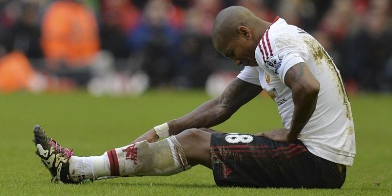 Pemain Manchester United, Ashley Young, mengalami cedera saat laga Premier League kontra Liverpool di Stadion Anfield, pada 17 Januari 2016.
