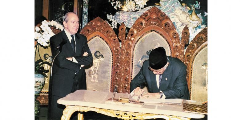 Direktur Pelaksana IMF Michel Camdessus menyaksikan Presiden Soeharto menandatangani nota kesepakatan bantuan Dana Moneter Internasional di Jalan Cendana, 15 Januari 1998.