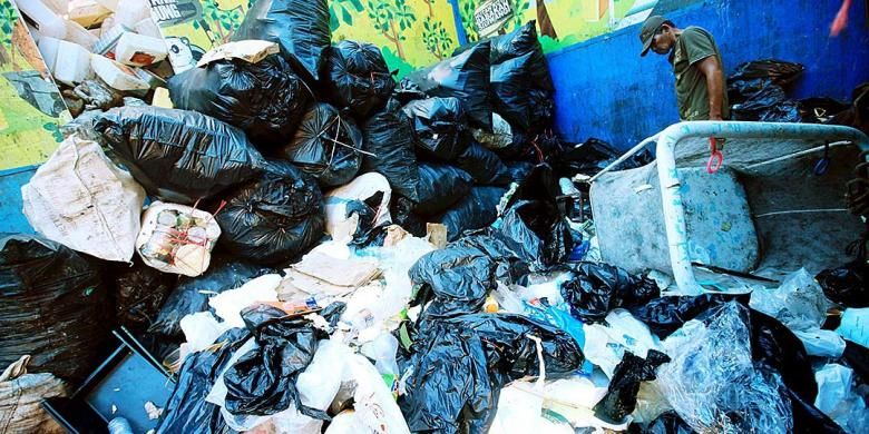 Ilustrasi sampah plastik yang mendominasi tempat pembuangan.