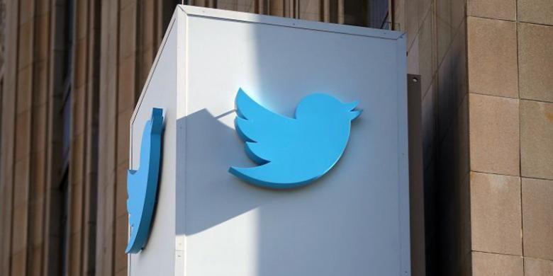 Logo Twitter di depan kantornya di San Francisco, AS.