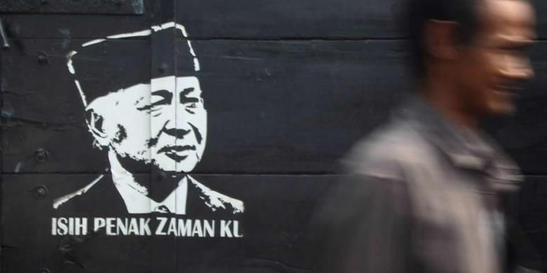 Warga melintas di depan bak truk bergambar presiden kedua RI, Soeharto, di kawasan Pondok Bambu, Jakarta Timur, Sabtu (25/5/2013). *** Local Caption *** Berakhirnya Orde Baru Warga melintas di depan bak truk bergambar mantan Presiden RI kedua, Soeharto di kawasan Pondok Bambu, Jakarta, Sabtu (25/5). Rezim Orde Baru di bawah kepemimpinan Soeharto tumbang 15 tahun yang lalu. Hal ini menandai dimulainya era Reformasi yang berlangsung hingga saat ini.   Kompas/Riza Fathoni (RZF) 25-05-2013