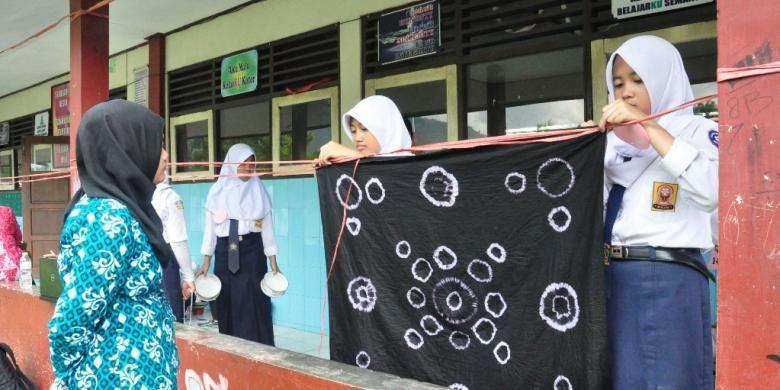 Sebanyak 52 tim utusan SMP/MTs se-Kabupaten Semarang, Rabu (27/1/2016) siang   mengikuti lomba membuat batik jumputan untuk taplak meja di SMP Negeri 1 Bawen.