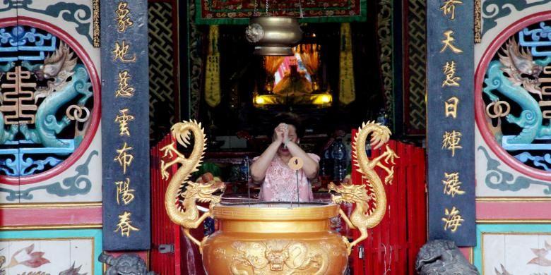 Seorang umat Budha Tridharma bersembahyang di klenteng Tulus Harapan Kita (Thian Hou Kiong) Gorontalo. Klenteng ini mulai berbenah bersiap menyambut tahun baru Imlek 2567