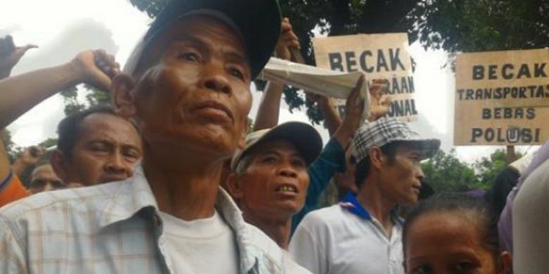 Edi, salah satu tukang becak yang berunjuk rasa di depan Gedung Balai Kota Jakarta, Kamis (28/1/2016). Edi dan kawan-kawannya menolak tindakan Satpol PP mengangkut becak-becak mereka.