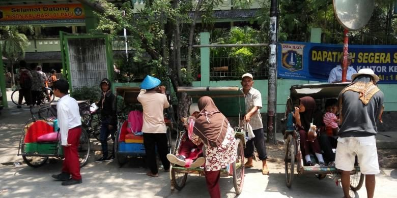 Sejumlah tukang becak yang mangkal di depan SD 01 Kali Baru, Cilincing, Jakarta Pusat, Jumat (29/1/2016).