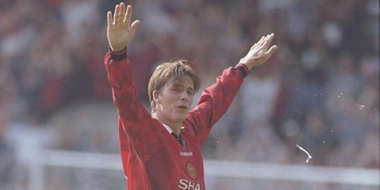 David Bec   kham mencetak gol dari jarak jauh ke gawang Wimbledon pada pertandingan perdana musim 1996-1997