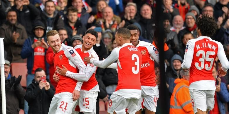 Para pemain Arsenal merayakan gol Calum Chambers (21) ke gawang Burnley pada babak keempat Piala FA di Stadion Emirates, Sabtu (30/1/2016).