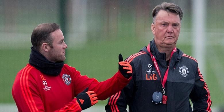 Wayne Rooney dan Louis van Gaal dalam salah satu sesi latihan Manchester United, November 2015.