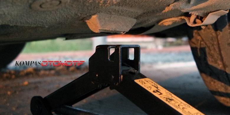 Pada Datsun GO  dengan tipe bodi monokok tumpuan dongkrak di belakang tersedia pada bagian yang menonjol seperti pada gambar. Bahan bagian itu terbuat dari karet dan sudah didesain untuk kepala dongkrak bawaan mobil.