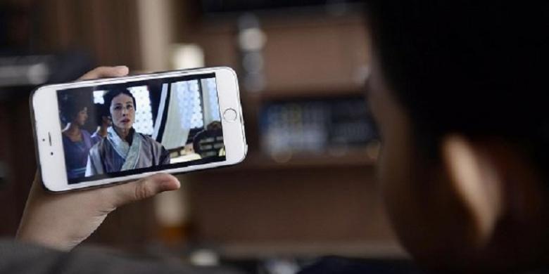 Ilustrasi menonton tayangan streaming melalui smartphone.