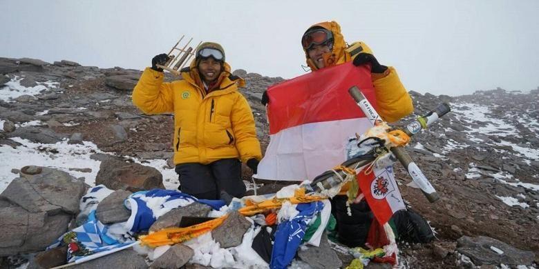 Fransiska Dimittri (22) dan Mathilda Dwi Lestari (22) berada di Puncak Gunung Aconcagua, Argentina pada Sabtu (30/1/2016) pukul 17.45 waktu setempat atau Minggu (31/1/2016) pukul 03.45 WIB. Gunung Aconcagua adalah salah satu puncak gunung tertinggi di dunia yang terletak di jajaran Pegunungan Andes dengan ketinggian 6.962 meter di atas permukaan laut (mdpl).