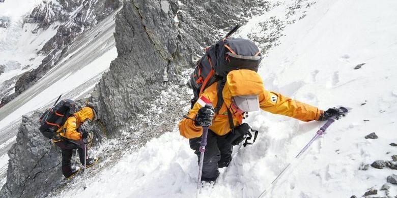 Perjalanan tim menanjak dengan penuh salju menuju Puncak Gunung Aconcagua
