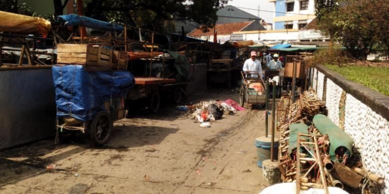 Sejumlah warga saat melintasi tumpukan roda berjualan para pedagang Pasar Andir di Jalan Rajawali Kota Bandung, Jumat (5/2/2016). Para pedagang terpaksa berjualan di jalan lantaran belum adanya tempat yang layak.