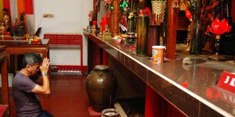 Warga keturunan Tinghoa melakukan sembahyang sebelum menggelar ritual penyucian Kimsin (patung dewa-dewi) di Klenteng Pan Kho, Kampung Pulo Geulis, Kelurahan Babakan Pasar, Kecamatan Bogor Tengah, Kota Bogor, Jumat (5/2/2016).