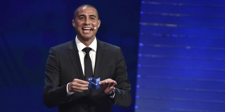Mantan penyerang Juventus, David Trezeguet, membacakan hasil undian Piala Eropa 2016 di Paris, Perancis, pada 12 Desember 2015.