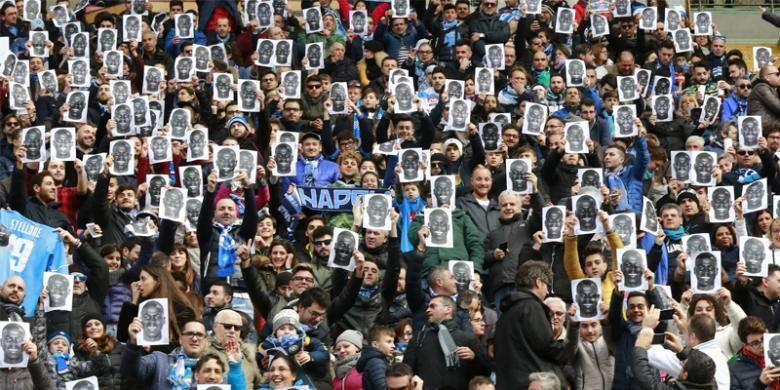 Para suporter Napoli menggunakan topeng berwajah bek Napoli asal Perancis, Kalidou Koulibaly, sebelum pertandingan Serie A melawan Carpi FC di Stadion San Paolo, Naples, Minggu (7/2/2016). Ini bagian dari bentuk solidaritas suporter atas perlakukan rasial suporter Lazio terhadap pemain tersebut pada Rabu (3/2), ketika Napoli menyambangi markas klub ibu kota Italia itu.