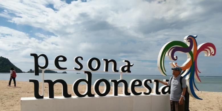 Wisatawan sedang menikmati wilayah Mandalika di Kabupaten Lombok Tengah yang jadi kawasan ekonomi khusus (KEK) pariwisata Nusa Tenggara Barat. Selain Mandalika, masih ada 9 titik destinasi wisata prioritas yang dimiliki Indonesia.