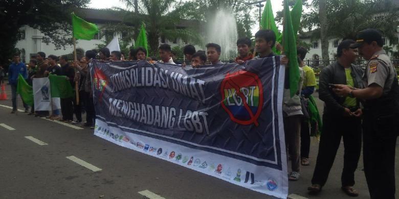 Beberapa ormas Islam di Bandung berunjuk rasa Di depan Gedung Sate Bandung, Kamis. (11/2/2016). Mereka mengecam dan menyatakan perlawanan terhadap gerakan perilaku menyimpang Lesbian Gay Biseksual Transgender (LGBT).