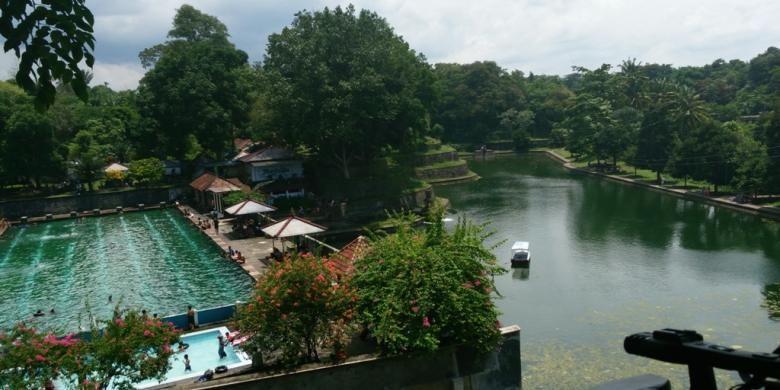 Pemandian raja di Taman Narmada, Lombok Barat, Nusa Tenggara Barat, yang saat ini dijadikan kolam renang umum berdampingan dengan Telaga Seger yang merupakan replika dari Danau Segara Anak yang berada di atas Gunung Rinjani.