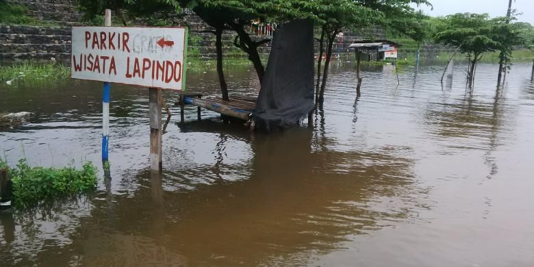 Jalan raya dan rel di bawah tanggul lumpur Sidoarjo tergenang banjir