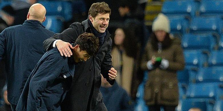 Manajer Tottenham Hotspur, Mauricio Pochettino (kanan), memeluk pemainnya, Son Heung-min, seusai laga Premier League kontra Manchester City di Stadion Etihad, Minggu (14/2/2016).