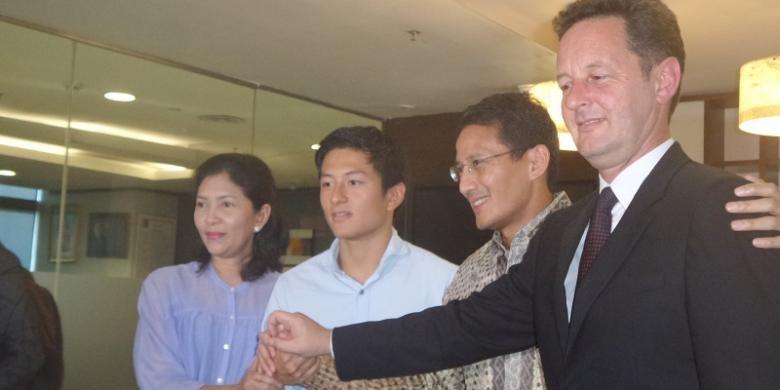 Pebalap Indonesia, Rio Haryanto (kedua dari kiri), bertemu dengan pengusaha muda Sandiaga Uno (ketiga dari kiri) di Gedung Recapital, Jakarta, Selasa (16/2/2016).
