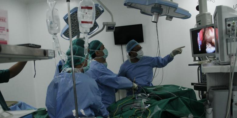 Sejumlah dokter di Rumah Sakit Siloam Manado melakukan operasi tumor otak pertama di Sulawesi Utara.
