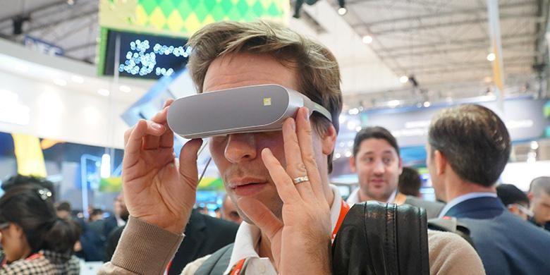 Pengunjung mencoba kacamata VR LG G5 di arena MWC 2016
