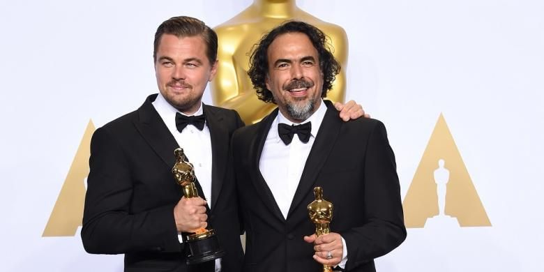 Leonardo DiCaprio (kiri) berfoto dengan Oscar untuk Aktor Terbaik dan sutradara film The Revenant, Alejandro G Inarritu, yang dinobatkan sebagai sutradara terbaik pada Academy Awards ke-88, Minggu (28//22016).
