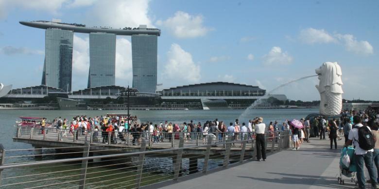 Suasana Merlion Park yang selalu ramai di Singapura.