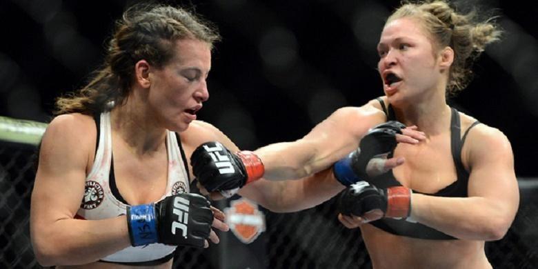 Ronda Rousey (kanan) saat menghadapi Miesha Tate