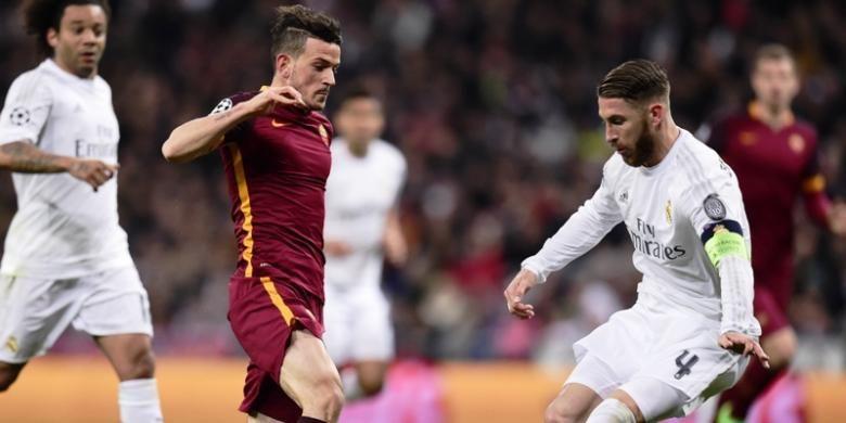 Kapten AS Roma, Alessandro Florenzi, berusaha melawati bek Real Madrid, Sergio Ramos, saat kedua tim bertemu pada leg kedua babak 8 besar Liga Champions, Selasa (8/3/2016).