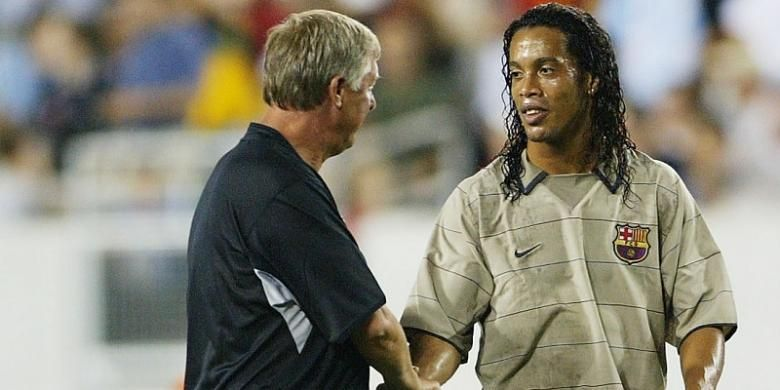 Pesepak bola asal Brasil, Ronaldinho (kanan), berbincang dengan eks Manajer Manchester United, Sir Alex Ferguson, usai laga antara Barcelona dan Manchester United, di ajang Champions World Series, di Amerika Serikat, 3 Agustus 2003.