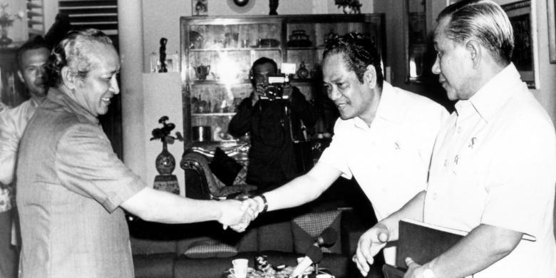 Mendagri Amirmachmud (kanan) dan Menteri Perindustrian Mohamad Jusuf (tengah) Rabu kemarin hadir ketika Presiden Soeharto memberikan wawancara khusus sekitar lahirnya Surat Perintah 11 Maret (Supersemar) 10 tahun yang lalu kepada Brigjen Nugroho Notosusanto, Kepala Pusat Sejarah ABRI, bertempat di jalan Haji Agus Salim 98, rumah Jendral Soeharto ketika menjabat Men/Pangad waktu itu. Kedua perwira tinggi diatas bersama Letjen Basuki Rachmat alm. pergi ke Bogor menghadap Presiden Soekarno dengan membawa pesan Jendral Soeharto, antara lain kalau saya masih dipercaya, saya sanggup mengatasi keadaan.
