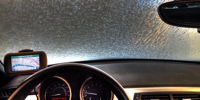 Kaca depan mobil saat berkendara ditengah hujan