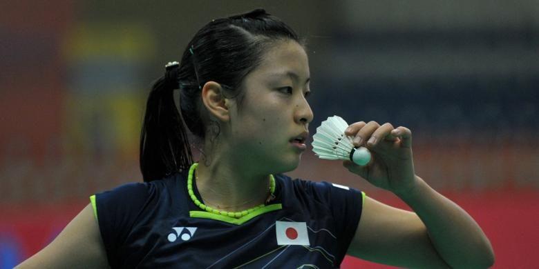 Pebulu tangkis tunggal putri Jepang, Nozomi Okuhara, melakukan servis saat menghadapi pemain India, Pusarla Venkata Sindhu pada Kejuaraan Beregu Asia di Hyderabad, India, Kamis (18/2/2016).