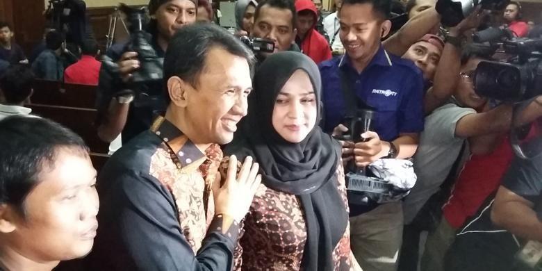 Gubernur nonaktif Sumatera Utara Gatot Pujo Nugroho dan istrimya Evy Susanti di Pengadilan Tindak Pidana Korupsi, Jakarta, Senin (14/3/2016).