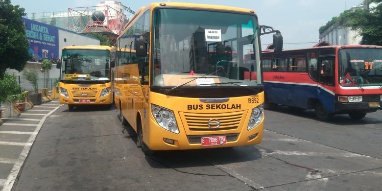 Selasa (15/3/2016), bus sekolah disediakan sebagai alternatif karena sebagian angkutan umum masih belum beroperasi.