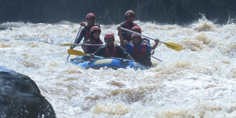 Wisatawan menikmati sensasi rafting atau arung jeram di Sungai Progo, Magelang, Jawa Tengah.