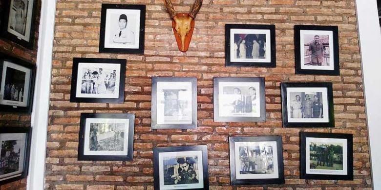 Foto-foto dan barang-barang memorabilia milik Tjilik Riwut yang dipamerkan di Rumah Tjilik Riwut Gallery & Resto, Palangkaraya, Kalimantan Tengah.