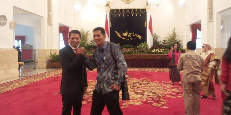 Kombes Khrisna Murti saat berfoto bersama fotografer kepresidenan Agus Suparto di Istana Negar, Rabu (16/3/2016).