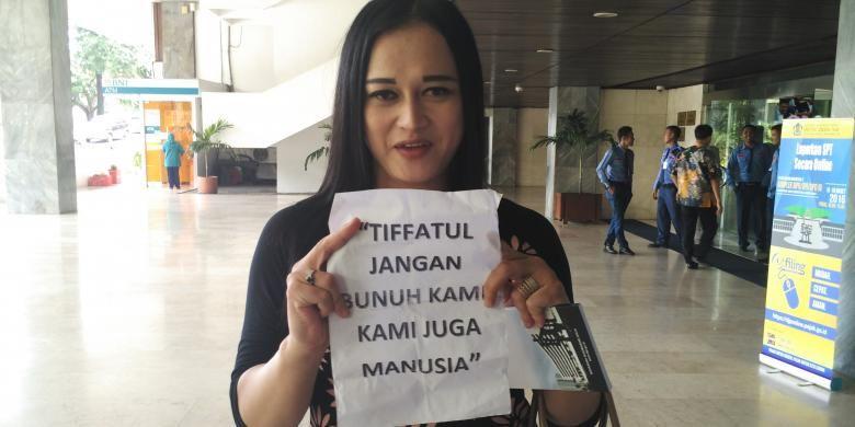 Amira melaporkan Anggota DPR Tifatul Sembiring ke Mahkamah Kehormatan Dewan, Rabu (16/3/2016) atas tweetnya yang dianggap diskriminatif terhadap kaum LGBT.