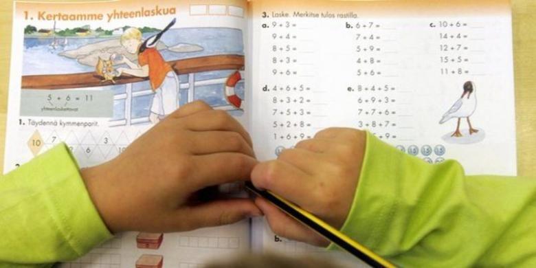 Seorang siswa SD di Finlandia tengah belajar di kelas.