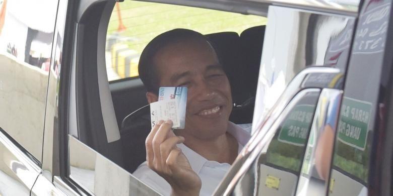 Presiden Joko Widodo menggunakan TapCash BNI saat peresmian jalan tol Surabaya-Mojokerto