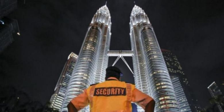 Aparat keamanan Malaysia di depan menara Petronas.